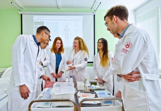 """סטודנטים במהלך לימודי רפואה בחו""""ל בפקולטה השנייה לרפואה של אוניברסיטת צ'ארלס השוכנת במתחם בית החולים מוטול שבפראג"""