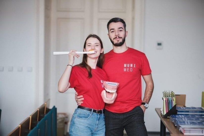 """2 סטודנטים מצטלמים במסגרת לימודי רפואת שיניים בחו""""ל בפקולטה לרפואה - בי""""ס לרפואת שיניים באוניברסיטת מסריק - שבוע אוריינטציה 2019"""