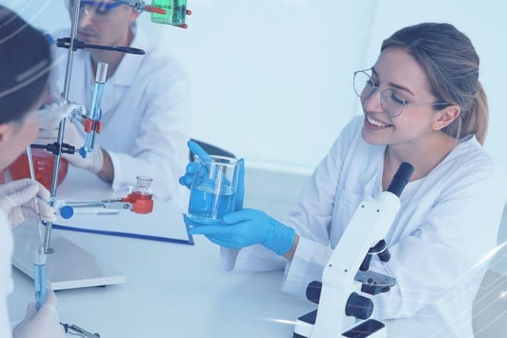 """סטודנטים במעבדה במהלך לימודיהם במסלול לימודי רוקחות בחו""""ל"""