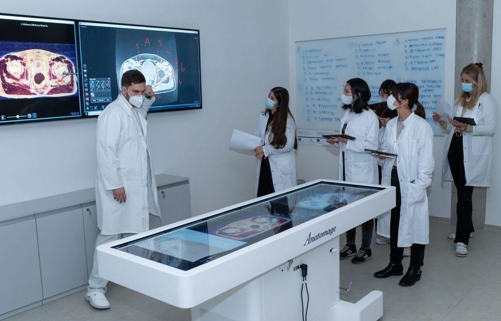"""סטודנטים ללימודי רפואה בחו""""ל במהלך קורס באוניברסיטת מסריק בברנו, צ'כיה"""